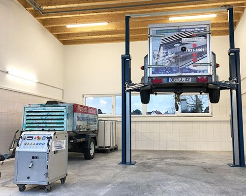 Entfernung von Unterbodenschutz mit Trockeneisreinigung auf unserer eigenen Hebebühne in Friesenheim